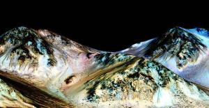 "Running water on Mars caused these streaks known as ""recurring slope linea.""http://l2.yimg.com/bt/api/res/1.2/gu78ucmTVTmuL.M_mLGF0Q--/YXBwaWQ9eW5ld3NfbGVnbztmaT1maWxsO2g9Mjk4O3B5b2ZmPTA7cT03NTt3PTU3NQ--/http://media.zenfs.com/en_US/News/LiveScience.com/mars-water-short-caption.jpg1443558114"